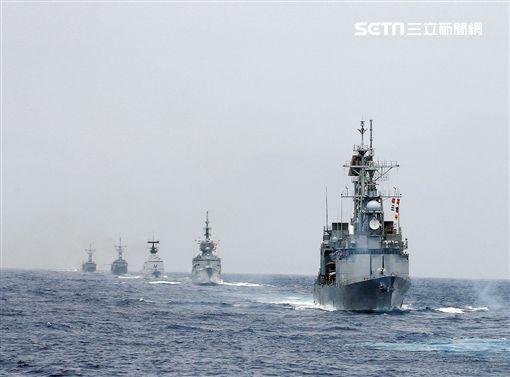各軍艦聯合實施海空操演。(圖/記者邱榮吉攝)