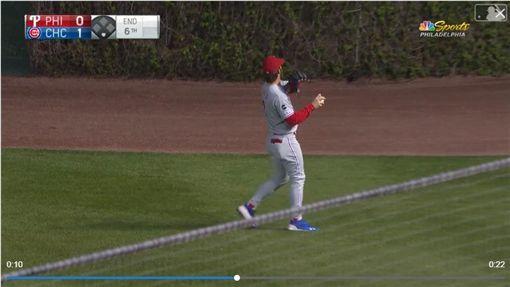 ▲哈波(Bryce Harper)在外野送球給球迷,一甩球竟然上屋頂。(圖/翻攝自MLB官網)