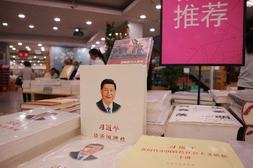中國書號緊縮(1)中國官方收緊書號,出版業者嗅到言論管控風向,開始自我審查,連帶影響學術專著的研究尺度。一名學者抱怨,現在出版專著充滿「各種敏感」,涉及政治不能做國內外比較,研究網路霸凌又被嫌不夠「正能量」。中央社記者陳家倫北京攝 108年5月22日