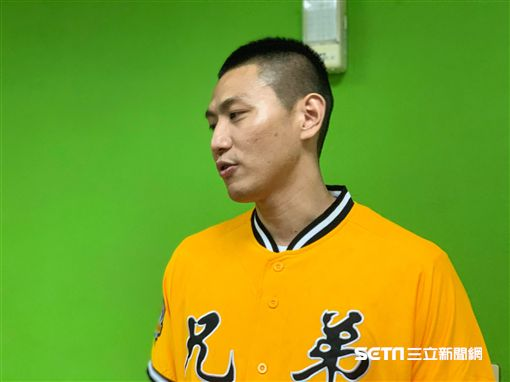 ▲排球選手陳建禎受邀到中信兄弟主場開球。(圖/記者蕭保祥攝影)