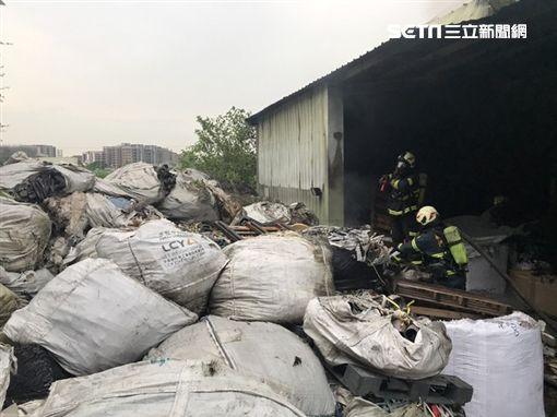 桃園市資源回收廠發生火警,51歲婦人葬身火窟(翻攝畫面)