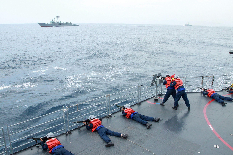 快艇發布水面一級戰備艦上官士兵模擬對水面艦實施攻擊。(記者邱榮吉/花蓮外海拍攝)
