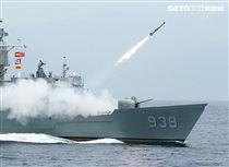 宜陽艦對水下目標實施反潛火箭攻擊。(記者邱榮吉/花蓮外海拍攝)