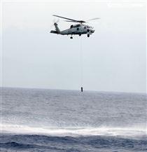 S70C反潛直升機偵測水下敵潛艦投煙標。(記者邱榮吉/花蓮外海拍攝)