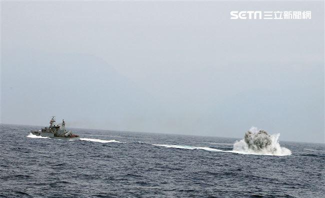 錦江級艦投放深水炸彈執行緊急攻潛行動。(記者邱榮吉/花蓮外海拍攝)