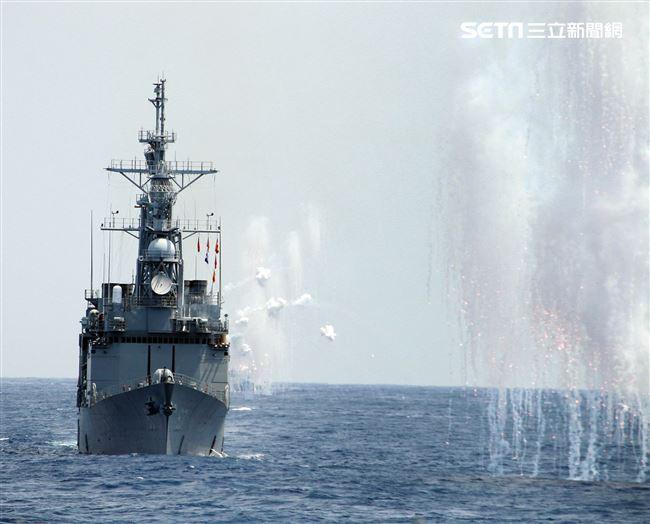 紀德級基隆艦及各艦實施干擾彈,空中金屬干擾絲降低飛彈威脅。(記者邱榮吉/花蓮外海拍攝)