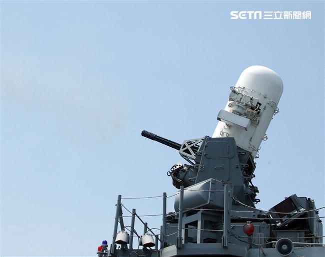 紀德級左營艦實施方正快砲射擊。(記者邱榮吉/花蓮外海拍攝)