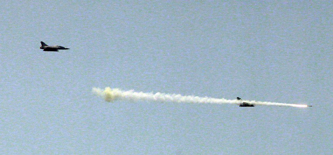幻象2000戰機發射魔法飛彈射擊命中目標。(記者邱榮吉/花蓮外海拍攝)