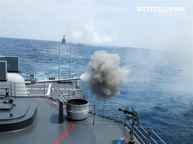 紀德級左營艦實施5吋砲射擊。(記者邱榮吉/花蓮外海拍攝)