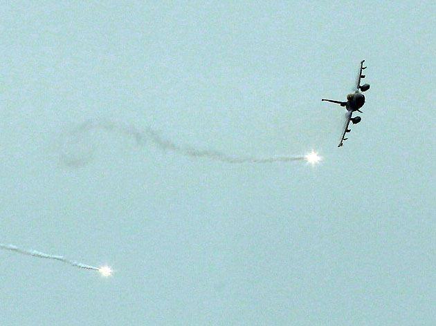 F16戰機攔截來犯敵機投放火焰但模擬攻擊。(記者邱榮吉/花蓮外海拍攝)