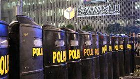 鎮暴全副武裝為防止群眾抗議意外,印尼軍警全副武裝,戒備森嚴。中央社記者石秀娟雅加達攝 108年5月22日