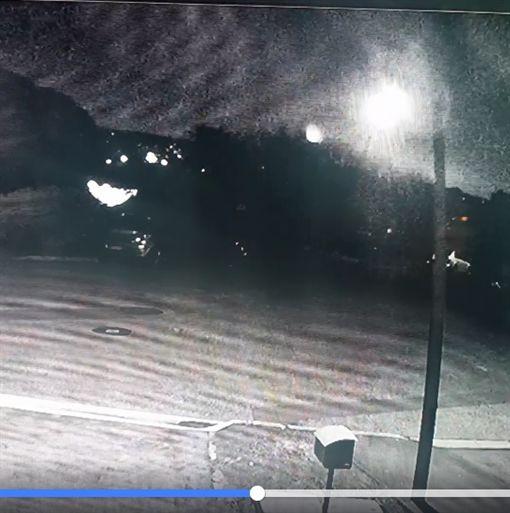 澳洲監視器錄下「巨大白光」從天降 科學家:是隕石墜落(圖/翻攝自Emily Jane臉書)