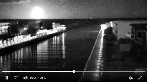 澳洲監視器錄下「巨大白光」從天降 科學家:是隕石墜落(圖/翻攝自《ABC》)