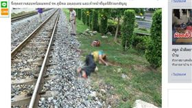 22日上午七點多,泰國曼谷發生一起火車意外事故,一名男子遭到火車撞擊輾斃當場死亡,身首異處,當地警方正著手調查死者身分,以及死者究竟是如何進入平時寥無人煙的火車鐵軌區域。(圖/翻攝自Ch3Thailand)