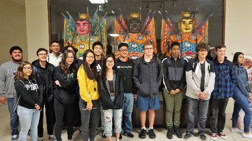 華僑文教中心站在第一線宣傳台灣僑務委員會在海外設置華僑文教服務中心,除了是服務僑胞的據點外,更是宣傳台灣文化的第一線。圖為美國高中生校外教學體驗台灣文化。中央社記者林宏翰洛杉磯攝  108年5月23日