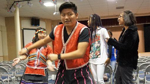 美高中生認識台灣  穿原住民服飾舞蹈洛杉磯華僑文教服務中心舉行文化體驗活動,70多名美國高中生到訪進行校外教學,學生動手製作天燈、墨畫,還穿上原住民服飾體驗舞蹈。中央社記者林宏翰洛杉磯攝  108年5月23日