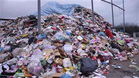無焚化爐棘手 花蓮垃圾堆置量驚人花蓮縣議會22日進行縣政總質詢,有議員指出,縣內垃圾堆置量將近1萬5000公噸,目前除鳳林掩埋場外,其他都已滿載封閉或是即將滿載。環保局則回應,花蓮垃圾問題棘手在於沒有焚化爐。中央社記者李先鳳攝 108年5月22日