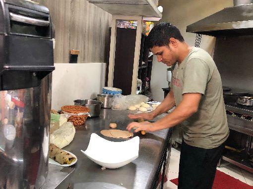 交大印度餐廳  吸引遊子品嚐解鄉愁(2)國立交通大學印度餐廳印度小廚年初開幕,吸引校內師生與在台灣工作的異鄉遊子前往品嚐,甚至假日都必須營業,讓印度遊子隨時可以吃到「家鄉味」。中央社記者魯鋼駿攝  108年5月23日