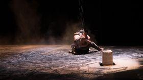 舞者與太白粉共舞 詮釋人際細膩情感台灣旅法編舞家林怡芳舞作「微塵共感」,巧妙運用太白粉做為演出素材,不但在舞台上擺設3座用太白粉製成、宛如大理石色澤的抽象雕塑,也讓舞者在於太白粉粉末與液體中奔跑、相擁、推擠衝撞,呈現不同人際情感的質地。中央社記者洪健倫攝 108年5月22日