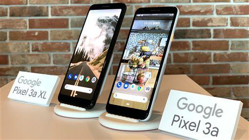 Pixel手機拍照  導入機器學習Google傑出工程師勒沃伊(Marc Levoy)23日來台分享計算攝影和機器學習在Google Pixel手機的應用。記者會現場展示Google最新發表的Pixel 3a(右)、Pixel 3a XL(左)手機。中央社記者吳家豪攝  108年5月23日