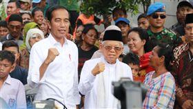 佐科威走訪貧民窟印尼總統佐科威確認連任後,21日第一個行程是與副手安明走訪貧民窟。中央社記者石秀娟雅加達攝 108年5月21日