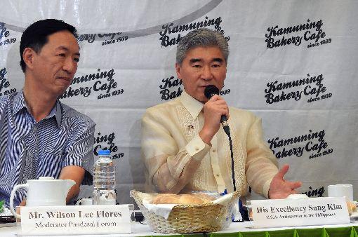 美國駐菲大使出席座談會美國駐菲大使金成(右)23日出席在馬尼拉都會區舉辦的「麵包座談會」(Pandesal Forum),回覆媒體提問。中央社記者陳妍君馬尼拉攝  108年5月23日