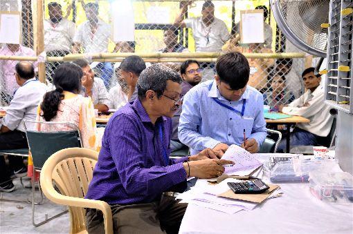 南德里選務人員專注統計選票印度國會下院大選23日展開計票工作,南德里一處開票中心的選務人員,正專注地統計選票。中央社記者康世人新德里攝  108年5月23日