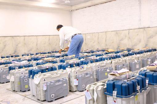 選務人員整理各投票所送來的投票記錄南德里一處開票中心,選務人員23日正在整理從印度國會下院大選各投票所送來以完全密封箱子保存的選民投票記錄。中央社記者康世人新德里攝  108年5月23日