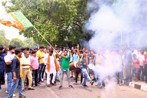 印度人民黨支持者提前在路邊慶祝勝選許多印度人民黨支持者23日認為莫迪將會連任總理後,在南德里一處路旁開心的揮舞印度人民黨旗幟、放鞭炮和跳舞,提前慶祝莫迪勝選。中央社記者康世人新德里攝  108年5月23日