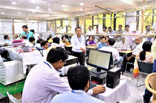 南德里一處開票中心  選務人員忙計票印度國會下院大選23日展開計票工作,南德里一處開票中心,選務人員正忙著統計票數及相關開票作業。中央社記者康世人新德里攝  108年5月23日