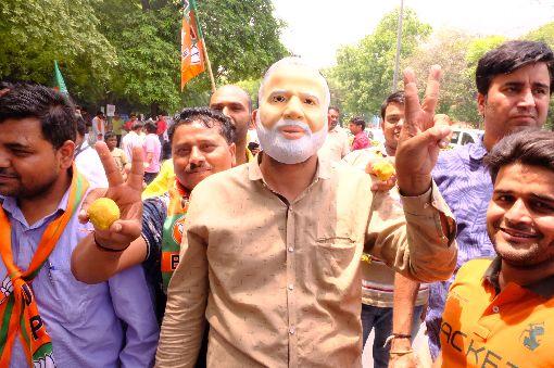 支持者戴上莫迪面具  比V提前慶祝莫迪勝選印度人民黨支持者23日認為總理莫迪將以壓倒性勝利連任,高興戴上莫迪面具,而且比出V字勝利標誌。中央社記者康世人新德里攝  108年5月23日