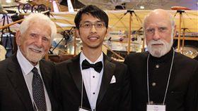 台灣之光5G學者黃敏祐。馬可尼學會主席、網際網路之父瑟夫(右)及手機之父庫伯(左)讚賞黃敏祐在5G研究的突破(圖/翻攝自清華大學官網)