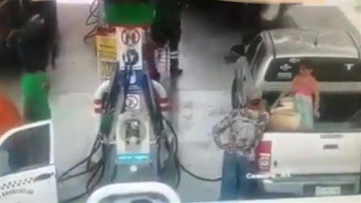 墨西哥,父女在加油站加油遭大火吞噬(圖/翻攝自Youtube)