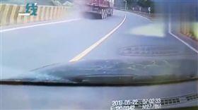 畫面直擊!大貨車山路失控 他跳上「拉手剎車」阻意外發生(圖/翻攝自微博)
