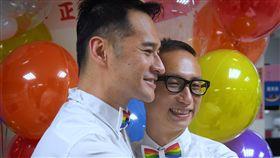 同志伴侶完成結婚登記  擁抱分享喜悅同志伴侶Alex(右)、Joe(左),24日到台北市中正戶政事務所完成結婚登記,開心擁抱與眾人分享喜悅。中央社記者王飛華攝  108年5月24日