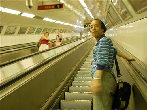 江戶川大學名譽教授斗鬼正一(右)分析,泡沫經濟時期,許多人為了追求效率,開始在電扶梯上行走。(圖/翻攝自斗鬼正一Twitter)