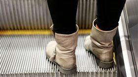 日本多年來習慣空出電扶梯單側空間,如大阪等關西地區民眾習慣靠右站立。(示意圖/翻攝自Pixabay)