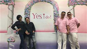 同婚登記首日 屏東市戶政事務所牆面彩繪花門同婚登記首日,屏東市戶政事務所特地在牆面上彩繪花門,讓辦理結婚登記的同性伴侶拍照。中央社記者郭芷瑄攝 108年5月24日