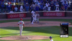 ▲小熊海伍德(Jason Heyward)遭三振後怒折球棒。(圖/翻攝自MLB官網)