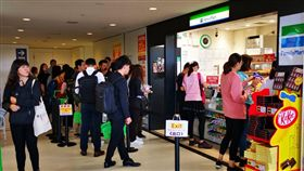 連機場也不放過!中國客赴日爆買 小超商被掃光