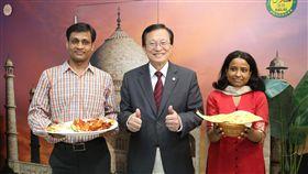 交大印度餐廳  吸引遊子品嚐解鄉愁(1)國立交通大學印度餐廳印度小廚年初開幕,老闆是來自印度的Durgesh Samadhiya(左),引進印度當地佐料、烹煮道地美食,吸引校內、外異鄉遊子品嚐。中為交大校長張懋中。中央社記者魯鋼駿攝  108年5月23日