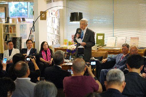 廣告教父賴東明新書發表(2)有台灣廣告教父之稱的賴東明先生(後站立者)「感謝-廣告55年,幸遇貴人,幸得機會」新書發表會24日在台北舉行,多位廣告界與媒體界的企業家都出席,一起分享賴東明所感謝的那些人與那些事。中央社記者孫仲達攝 108年5月24日