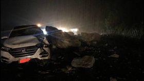 蘇花公路,落石,砸車,交通中斷(圖翻攝自宜花東路況資訊臉書)
