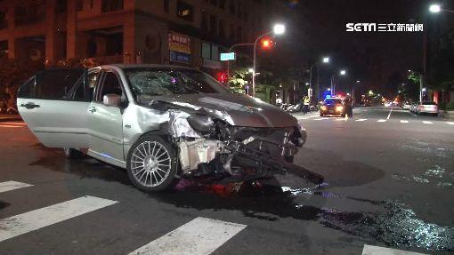 砰!2車對撞 1車衝進大樓、撞破水管3傷