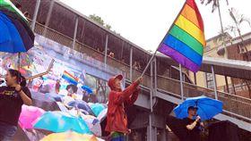 同性可辦結婚登記  祁家威揮彩虹旗立法院會17日處理同婚專法草案,在二讀同性可辦結婚登記後,推動同志平權運動30多年的祁家威(中)也上台興奮揮舞彩虹旗。中央社記者吳欣紜攝  108年5月17日