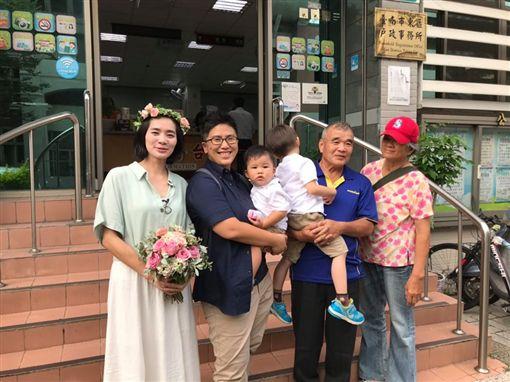 終於等到結婚!女同志愛侶「滴精」生2子 成就4口之家(圖/翻攝自誰來晚餐臉書)