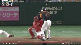 ▲中島宏之代打挨頭部觸身球。(圖/翻攝自YouTube)