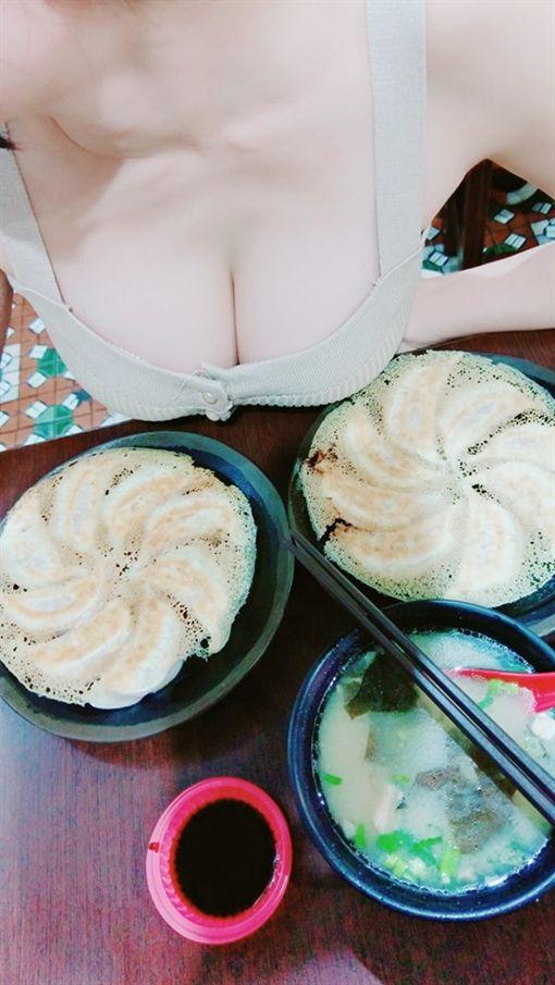 帶女友拍美食俯瞰照 網:乳香煎餃~(圖/翻攝自爆廢公社)
