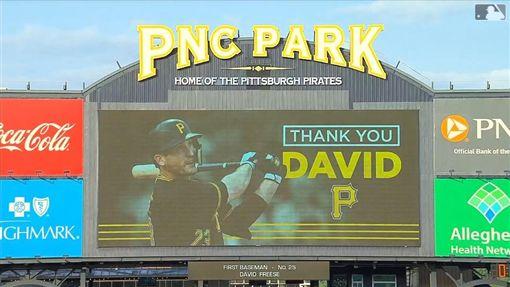 ▲海盜球場大螢幕感謝佛里斯(David Freese)。(圖/翻攝自MLB官網)