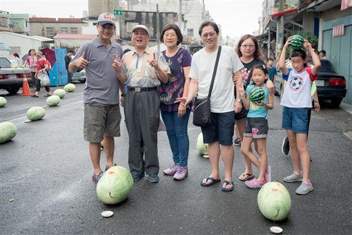 屏東佳冬鄉「佳午西瓜節」舉辦立西瓜活動。(圖/翻攝自佳冬青年志工團FB)